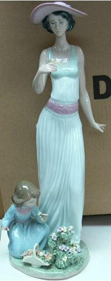 Picture of LLADRO FIGURINE WOMEN AND CHILD IN GARDEN WITH FLOWERS 6648