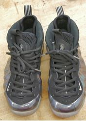Picture of Nike Air Foamposite One Hologram Size 9 (314996-900) PRE OWNED. VERY GOOD CONDITION.